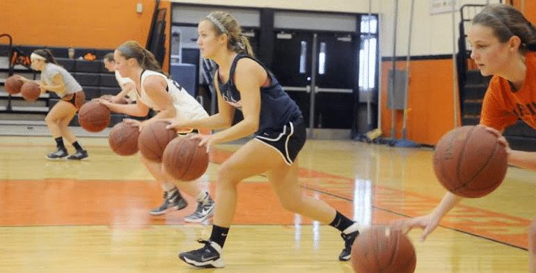 Jelaskan Cara Menggiring Bola Dalam Permainan Basket Brainly Co Id